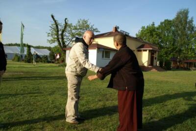 Dzietsün Khandro Rinpocze [Jetsün Khandro Rinpoche] oraz Rafał Boruszak - architekt kompleksu odosobnieniowego.